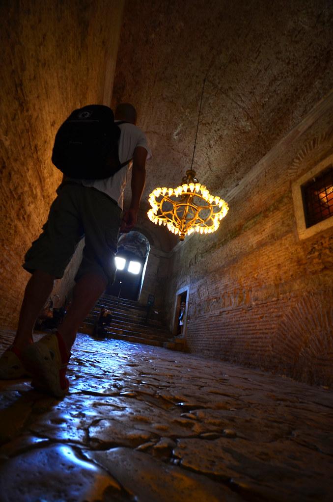 Caminando por el interior de los pasillos de la mezquita de Santa Sophia