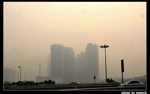 內陸大開發下,河南鄭州的霧霾。