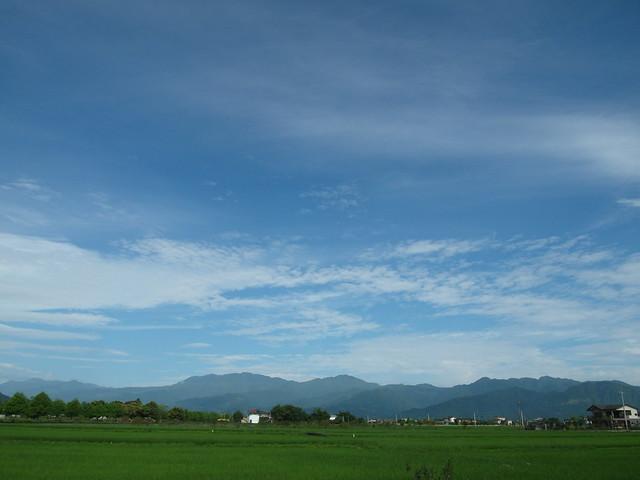 出發時台北天氣不好,但第二天早上日出後,宜蘭的雲散了,  天這麼藍、田野這麼綠@the first mother's day