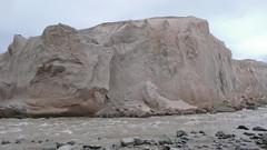 Wysoki, ponad 200m pumeksowy klif.