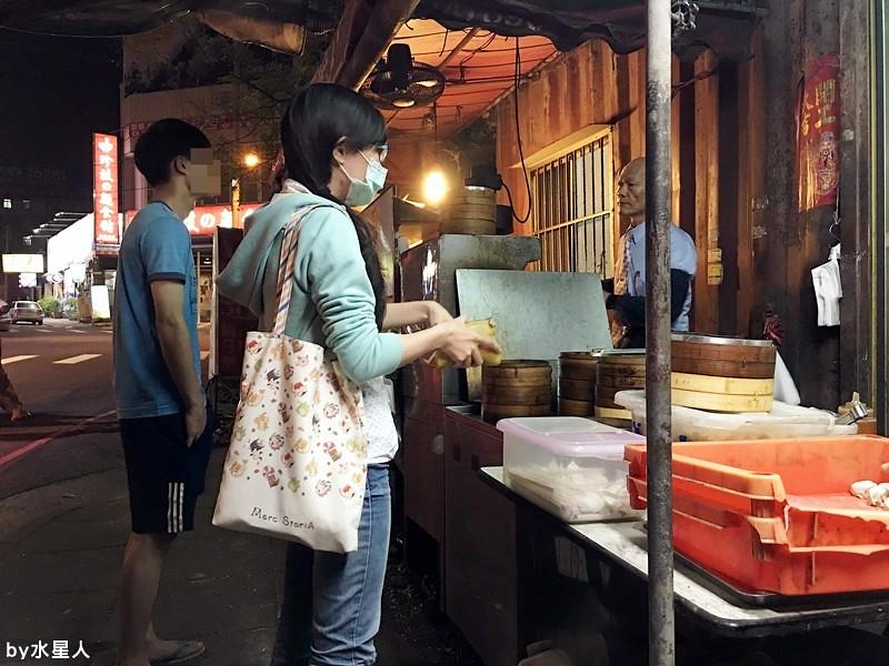 30292034460 a47a7213d8 b - 台中西屯【領帶臭豆腐】好酥脆的臭豆腐,老闆真的繫著領帶賣臭豆腐!