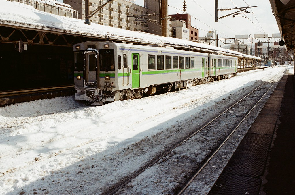 小樽駅 Otaru, Japan / Kodak ColorPlus / Nikon FM2 列車也積雪了,有點好奇會不會因為雪堆太高直接撞上火車,然後無法前進呢?  Nikon FM2 Nikon AI AF Nikkor 35mm F/2D Kodak ColorPlus ISO200 8268-0027 2016/02/02 Photo by Toomore