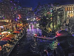 Urban River at night with Christmas lights #urban #urbanexplorer #urbanriver  #barge #umbrellas #artofvisuals #aov #christmaslights #reflections #riverwalk #sanantonioriverwalk #sanantonio #igsanantoniotexas #igsanantonio