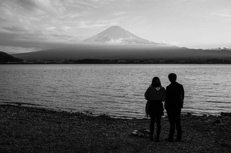 A couple admiring the view of Mount Fuji at Lake Kawaguchiko, Tokyo.