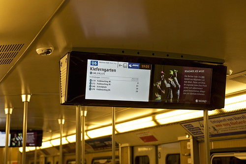 Im linken Monitor werden für den kommenden Halt die nächsten Anschlussmöglichkeiten in Echtzeit angezeigt