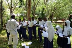 2當地學生來訪接受環境教育課程,工作人員指導辨認樹種。許惠婷攝