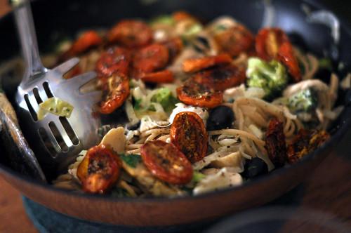 Spaghetti med gedeost, tomater, broccoli, kylling og oliven