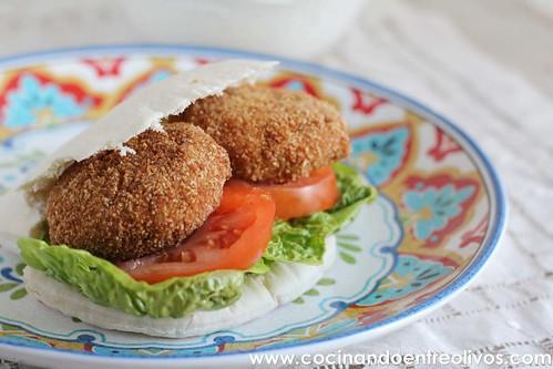 Falafel con pan de pita y salsa de yogur. www.cocinandoentreolivos (2)