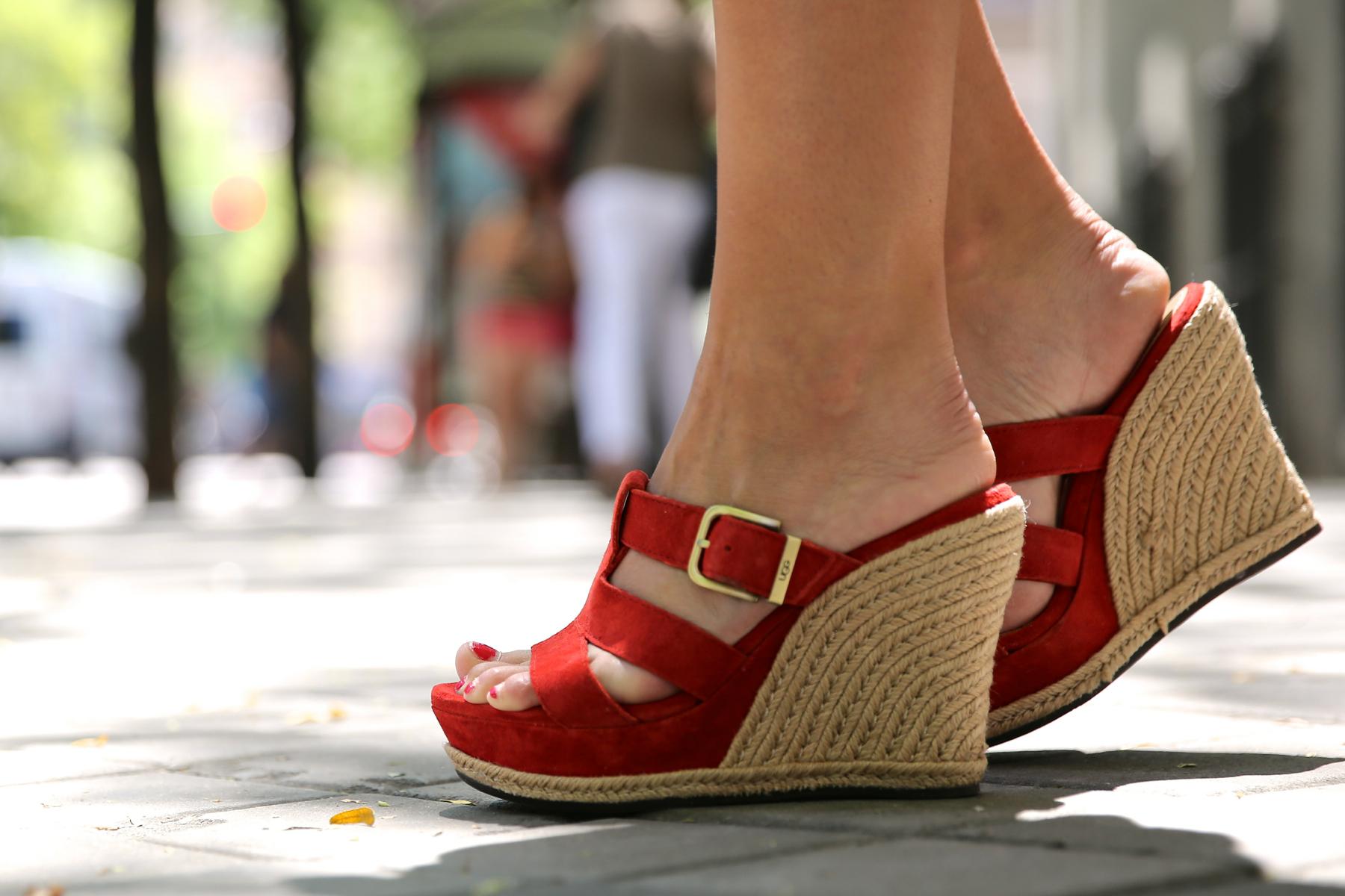 trendy_taste-look-outfit-street_style-ootd-blog-blogger-fashion_spain-moda_españa-ugg_australia-clutch_etnico-vestido_negro-black_dress-brandy_melville-1