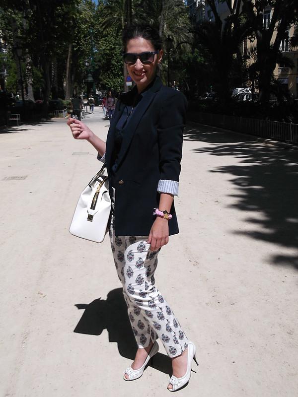 pantalones estampados, paisley, blanco, blusa azul marino, blazer, peep toes blancos, bolso tricolor blanco, negro y camel, trousers, paisley print white, dark blue blouse, white peep toes, tricolour bag white, black and camel, Zara, Stradivarius, Lowlita & You