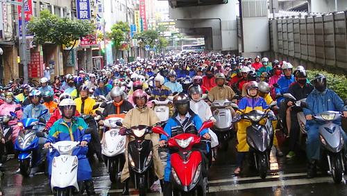 台北橋下進入台北的機車車流。雙北市大量的城間(Inter-city)中程交通需求!攝影:高志文