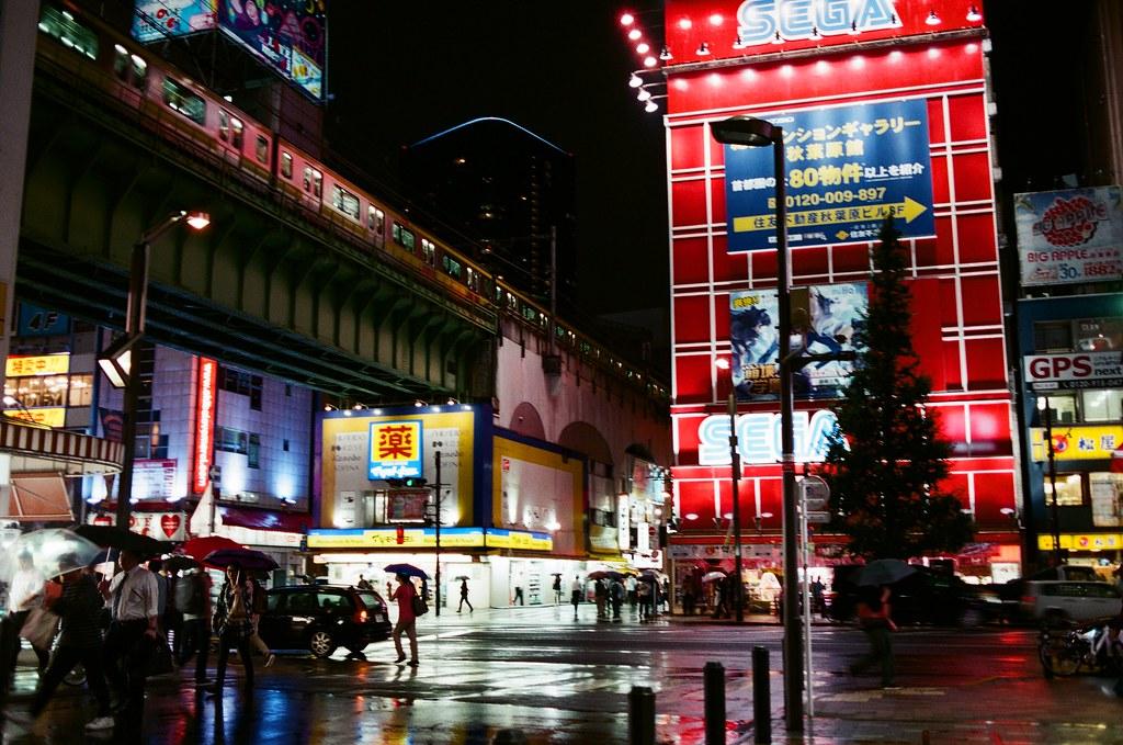 秋葉原 Akihabara, Japan / AGFA VISTAPlus / Nikon FM2 等上面的電車經過,然後全身又淋的濕濕的!  雨天的馬路很美!  和回憶一樣。  Nikon FM2 Nikon AI AF Nikkor 35mm F/2D AGFA VISTAPlus ISO400 0996-0004 2015/10/01 秋葉原 Akihabara, Tokyo, Japan Photo by Toomore