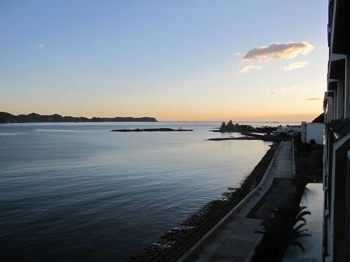 穏やかな那智湾の朝景色~那智勝浦の旅館の客室より 2013.11.11 by Poran111