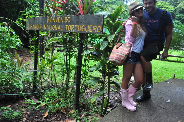 En el sendero a través del parque nacional de Tortuguero es obligatorio ir con botas altas para evitar al máximo posible la picadura de serpientes, tarántulas y el ataque de cualquier otro  Tortuguero - 11024473834 d367cfd154 z - Tortuguero, entre la tranquilidad y la vida salvaje