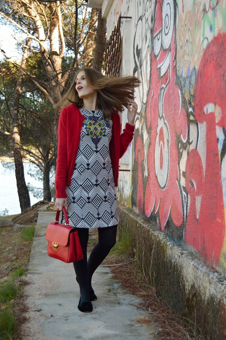 lara-vazquez-madlula-vestido-geometrico-estampado-toque-rojo-lanvin-inspiration