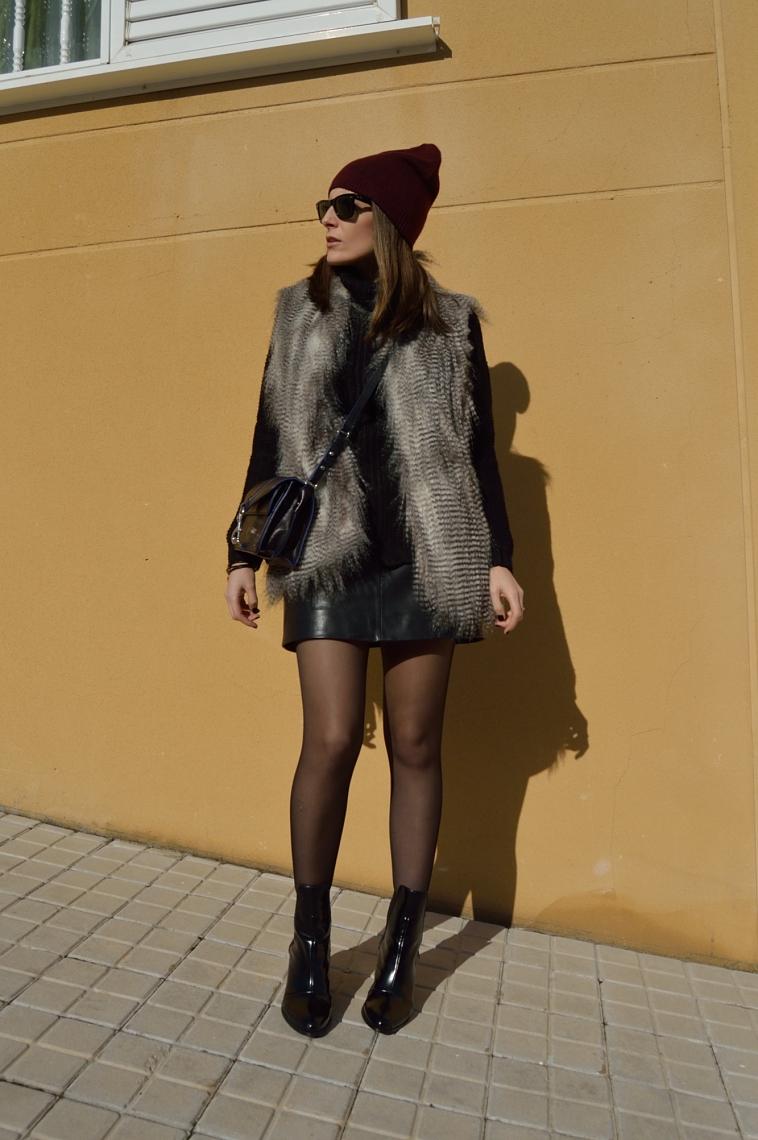 lara-vazquez-madlula-black-outfit-blog-style-chic-furry-vest