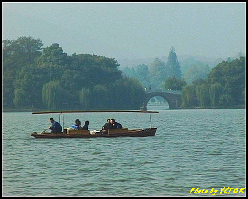 杭州 西湖 (其他景點) - 379 (西湖 湖上遊 往湖心亭 湖上的小艇 背景是蘇堤上的壓堤橋)
