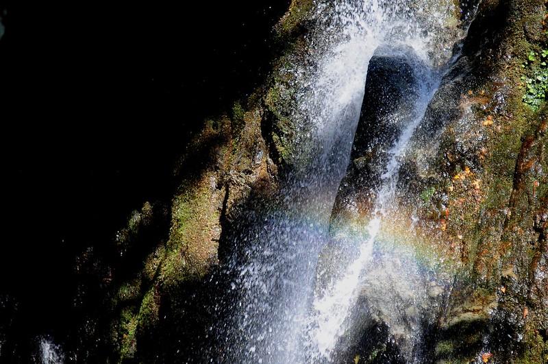 微かに虹を架ける虹ヶ滝