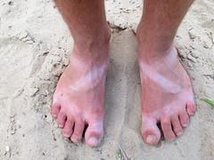 hand(0.0), outdoor shoe(0.0), footwear(0.0), finger(0.0), human body(0.0), barefoot(1.0), limb(1.0), leg(1.0), foot(1.0), toe(1.0),