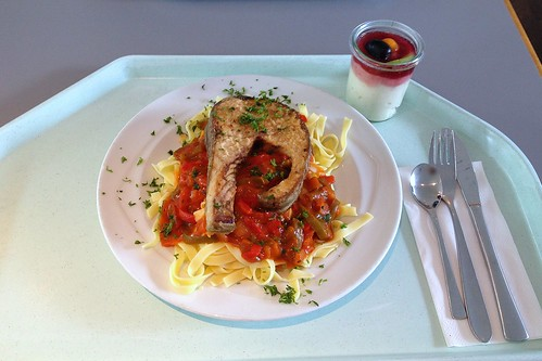 Wildlachs-Steak mit Paprikasugo / Wild salmon steak wit h bell pepper sugo