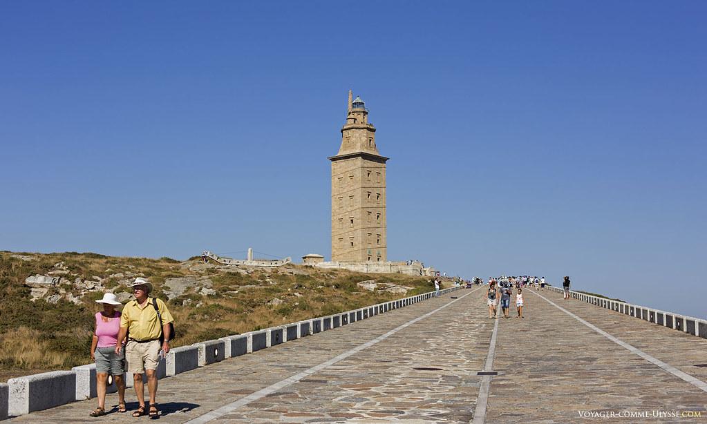 Les touristes, toujours nombreux, sont toujours prêts à gravir la colline qui mène à la Tour. Il faut dire que l'accès a bien été aménagé.