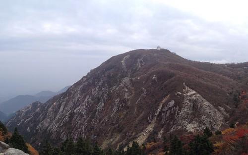 国見岳から望む御在所岳