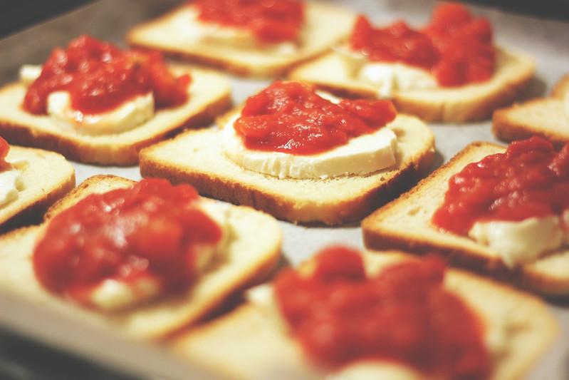 Mini pizze: un'idea informale e veloce per un antipasto tra amici