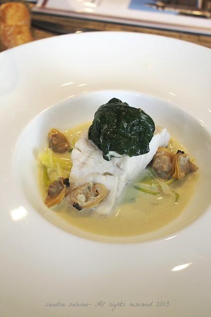 Spigola al vapore con vongole, spinaci e ostrica