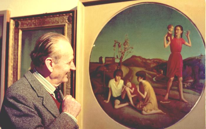 cesarino guarda i suoi quadri