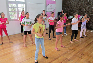 A oficina de danca e ministrada semanalmente e as meninas sao divididas em turmas, conforme sua idade. POR CLAUDIA TAINA DOS SANTOS