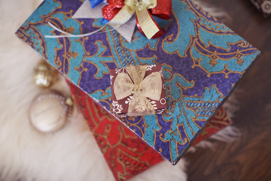 Christmas_gift_ribbon_box_bow