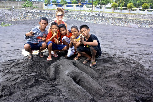 Lina and a bunch of local kids with their sand statue of me