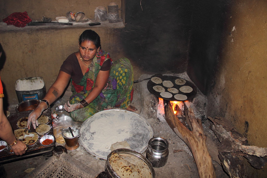 Hot Bhakri with Loni - Chulha preparation