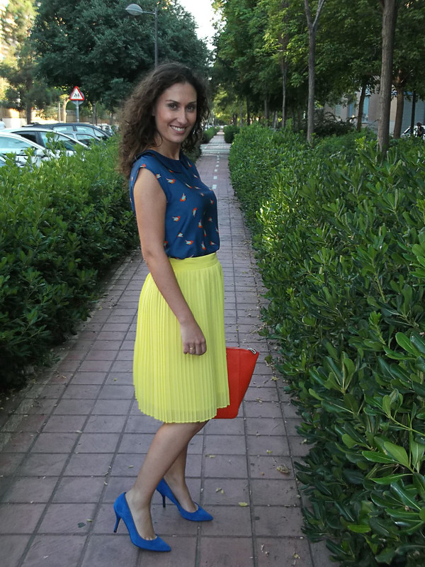 colour block, falda plisada amarilla, top azul marino, pajaritos naranjas, zapatos azul Klein, bolso naranja flúor, yellow pleated skirt, navy blue top, orange bird, Klein blue shoes, fluorine orange bag, Suiteblanco, Mango, Zara, Casio, Ray – Ban, Parfois, Day – a –Day