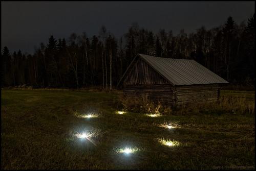 flashlight ficklampa lada barn field åker linda natt night overcast mulet cloudy gräs grass 8x4min multiexposure multiexponering skog forest lightpainting ljusmålning landscape landskap österbotten ostrobothnia finland suomi
