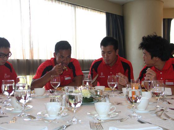 Các vận động viên nước chủ nhà thưởng thức bữa ăn của mình tại Swissotel The Stamford. (Ảnh: Jaslin Goh)