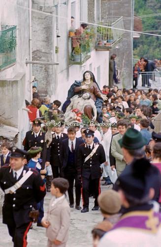 Nocera Terinese (CZ), 1973, la processione della Madonna Addolorata: il rito dei