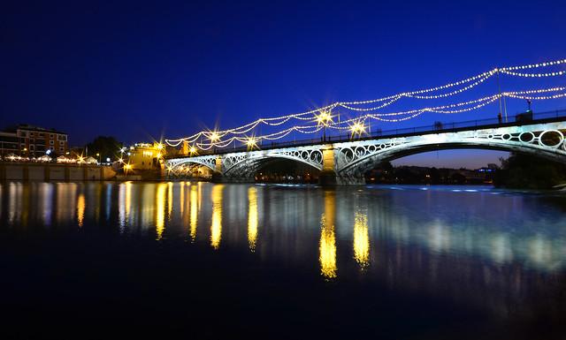 La hora mágica en el puente de Triana de Sevilla