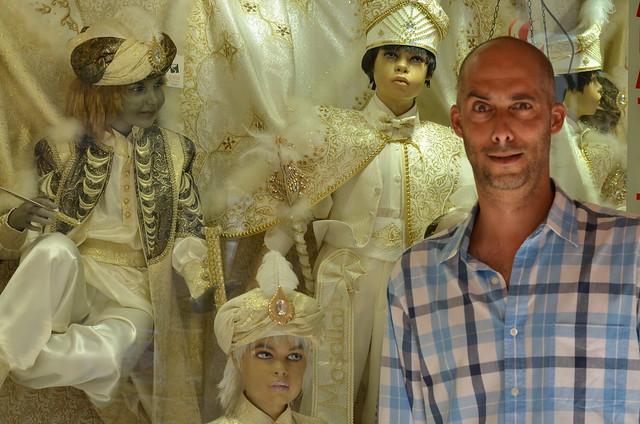 La cara que se nos quedó al ver los trajes de celebración de los niños turcos. Moda curiosa.