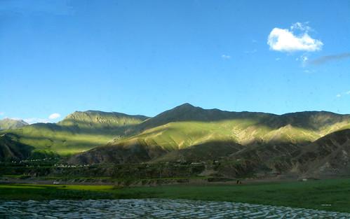 小海豚的云朵多次出现在我们的视野里,蓝天下是另一番青山绿地河流