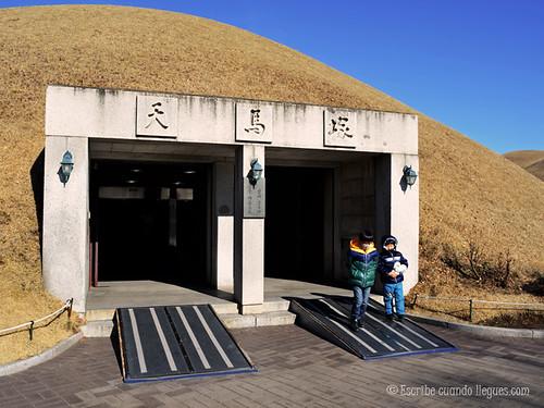 Esta es la entrada a uno de los túmulos funerarios más importantes construidos en Gyeongju . En su interior se puede ver cómo eran las antiguas cámas funerarias