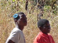 Zambia. Aldea entre Kasama y Mporokoso. Bonito adorno en el pelo lleva este