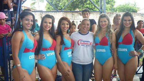 Ligia Oliveira com as candidatas a Garota SESI 2014