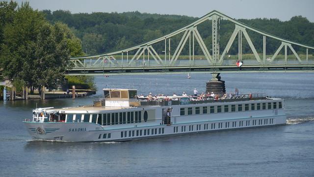 MS Saxonia vor der Glienicker Brücke