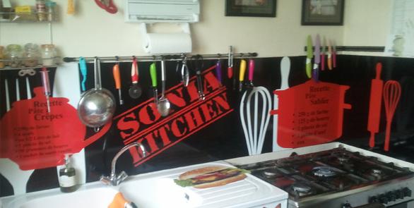Création et pose de stickers personnalisés pour la décoration de plusieurs crédences de cuisine.