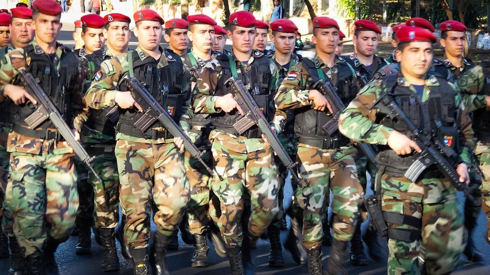Soldados de la Fuerza Aérea Paraguaya (paracaidistas) desfilan sobre la Avda. Mariscal López durante un ensayo de desfile para las celebraciones del 15 de Agosto del 476 aniversario de la fundación de Asunción y la jornada de traspaso presidencial (Elton Núñez).