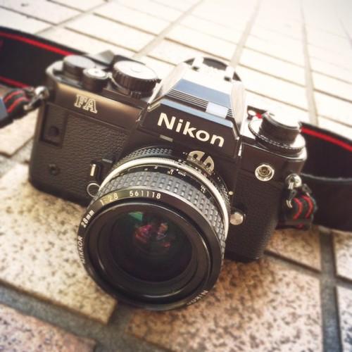 社長から譲り受けたNikon FA 電池入れ替えてフィルム入れました。単焦点で撮ります。撮れるかなぁ?(笑)  #CAMERAtan!!
