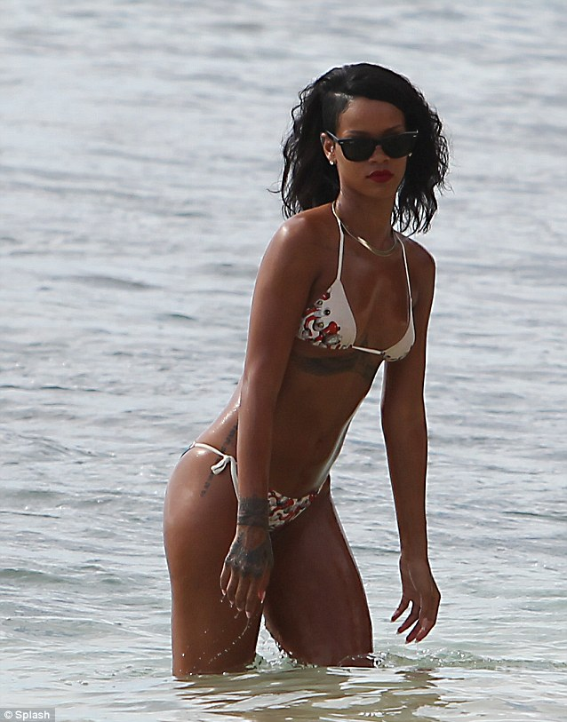 rihanna oiled down in bikini (5)
