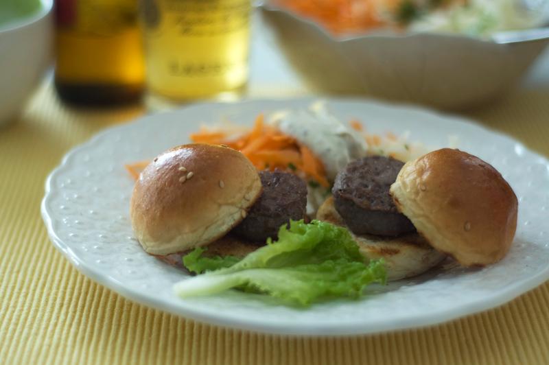 Mini-hamburgers com salada de aipo e cenoura