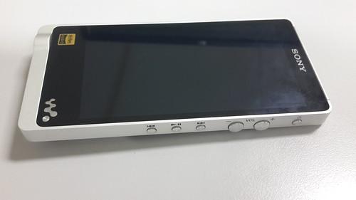 Sony Walkman NWZ-ZX1 ด้านขวา